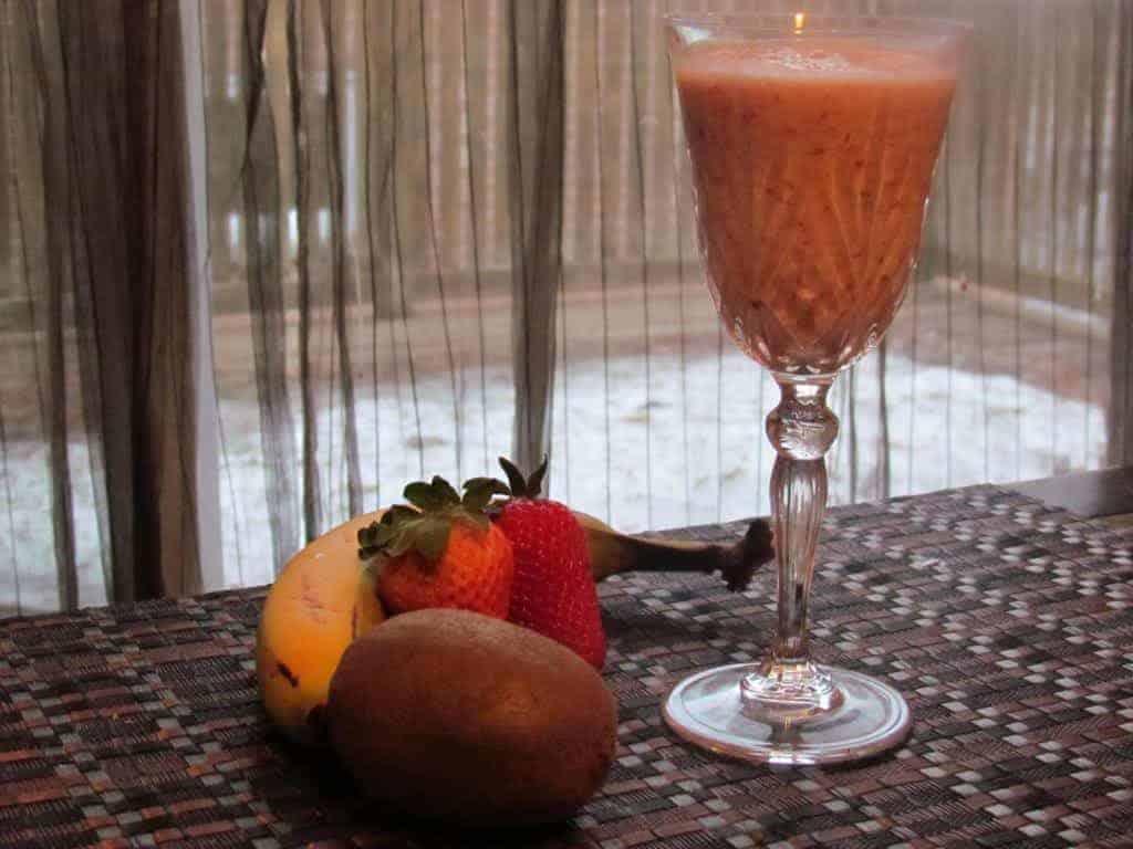 easy-healthy-recipe-strawberry-banana-kiwi-and-greek-yogurt