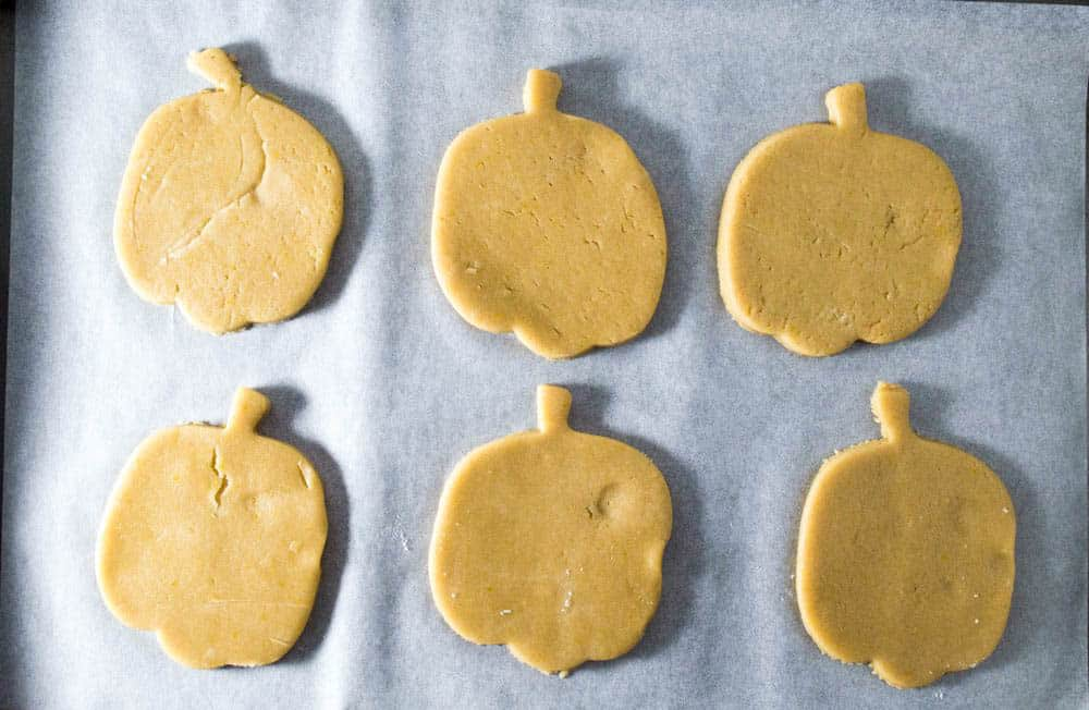 pumpkin-shaped-halloween-cookies